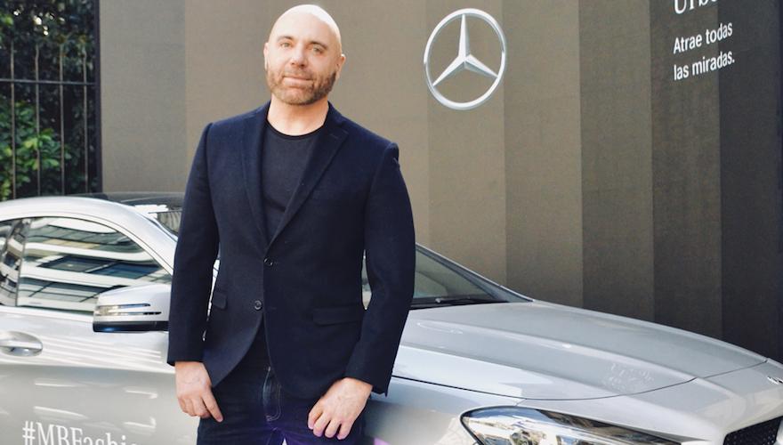 El diseñador Fabián Zitta junto al Mercedes Benz CLA en Designers