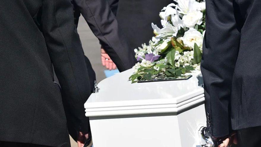 ¿Cuánto gana un director de funeraria?