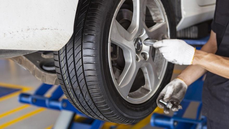 Los neumáticos deben rotarse para mantenerse bien.