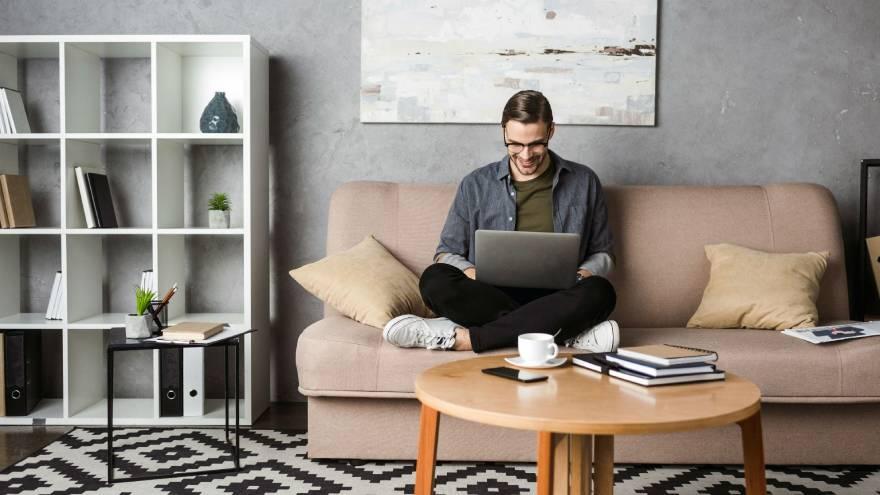 La reseña de productos es una de las opciones para trabajar desde casa en aislamiento