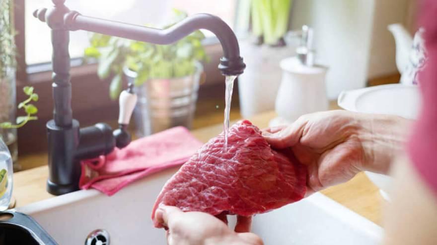Las carnes, tanto rojas como blancas, no se deben lavar