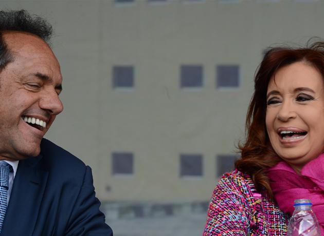 Sonrisas para la foto, tensión en el reparto de impuestos: Cristina llevó a Scioli al ahogo financiero