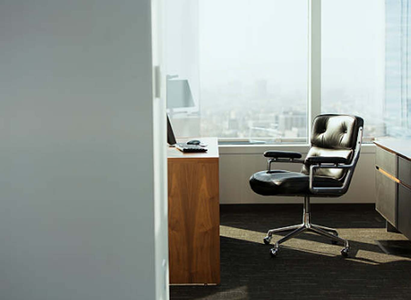 El escritorio correcto y una silla ergonómica permitirán potenciar tu productividad al trabajar desde casa.