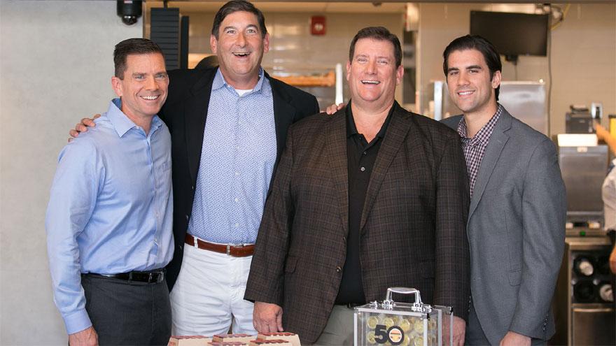 Mike (saco azul) y otros miembros de la familia Delligatti junto a Steve Easterbrook, CEO de McDonald's, celebrando el aniversario del Big Mac