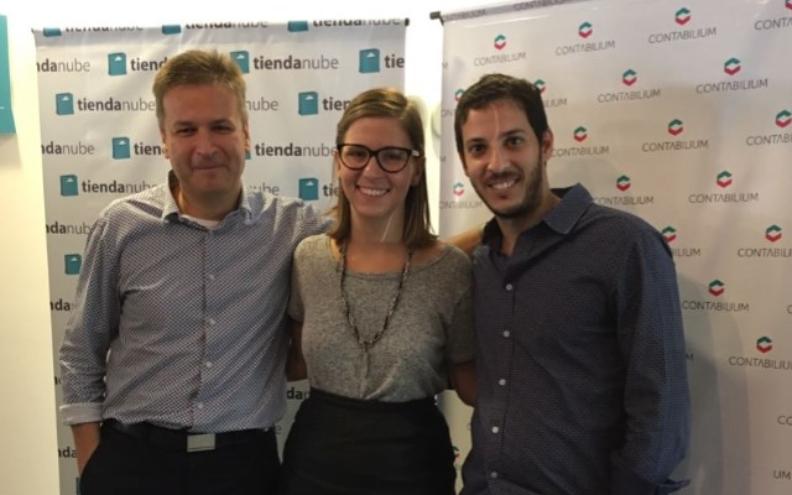 Roni Grosfeld junto a desarrolladores