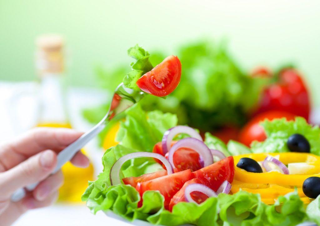 No saltearse comidas y mantener una alimentación adecuada ayuda al bienestar al trabajar desde casa