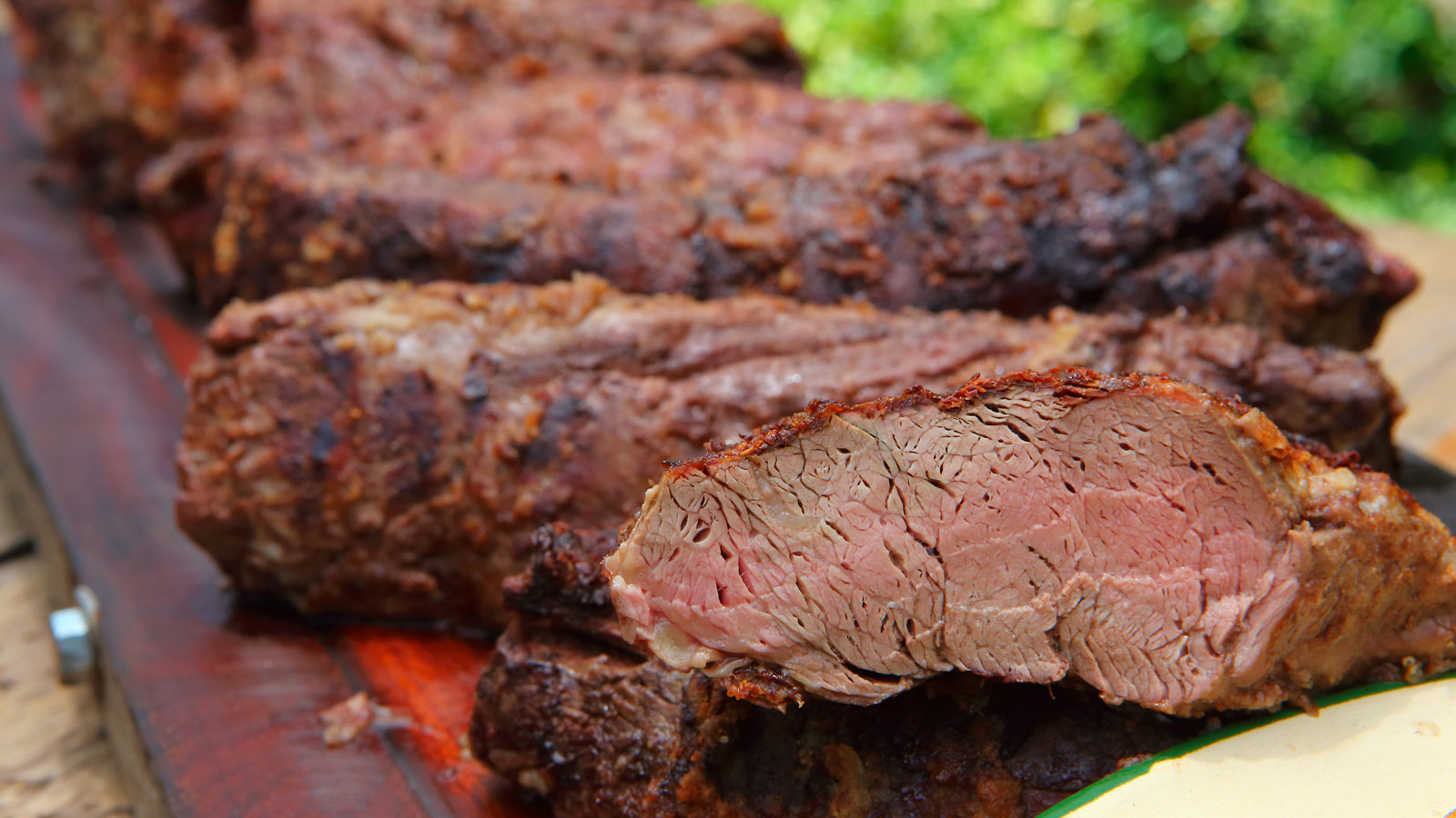 Gastronómicos aseguran que sólo en el último año el precio de la carne subió 100 por ciento para los comercios.