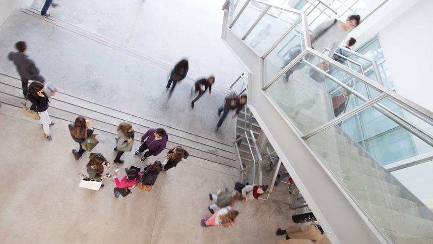 Alumnos en las escaleras de la Universidad Torcuato Di Tella