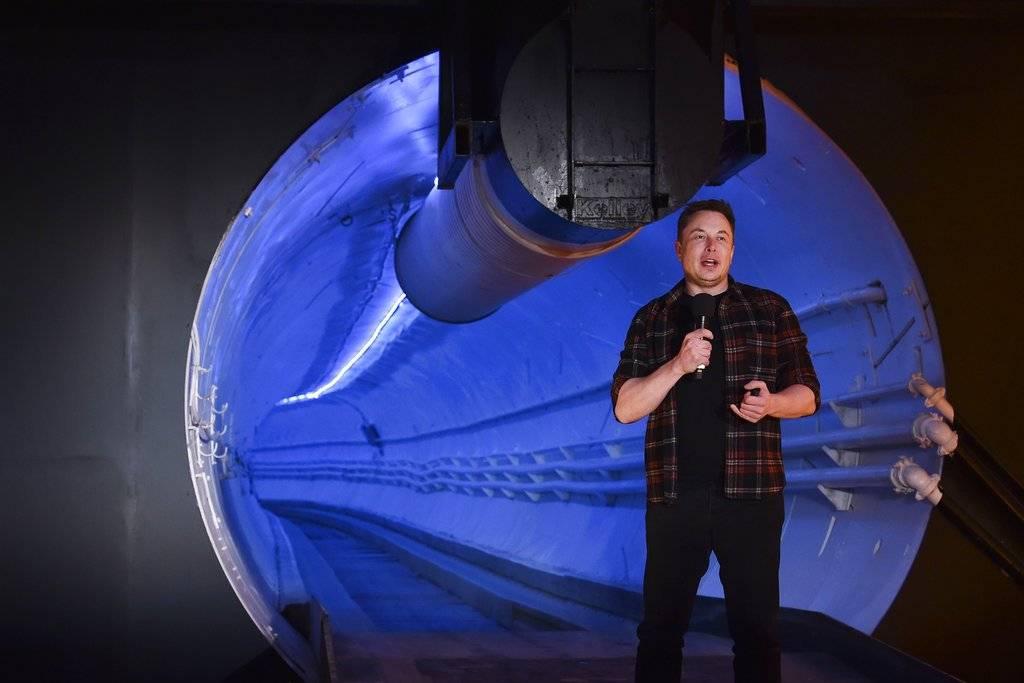 El primer túnel para autos de Elon Musk — Video furioso