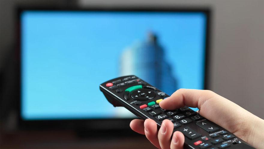 TV por cable, Internet y telefonía, las industrias afectadas por el decreto ahora suspendido.