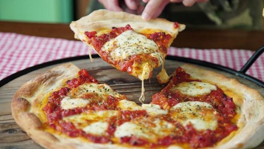 El truco para recalentar la pizza en el microondas y que no quede blanda