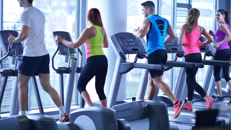 A los tímidos se les facilita conocer personas cuando comparten una actividad como el gimnasio o el trabajo