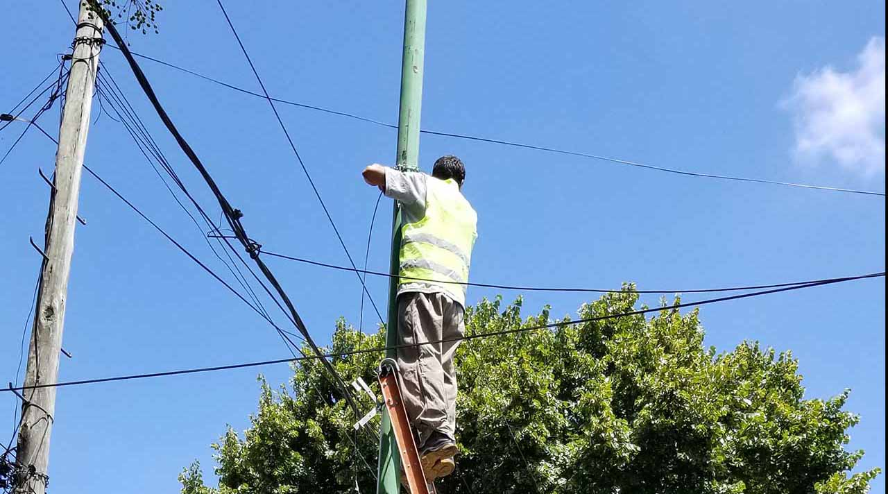 Los postes son prenda de batalla entre empresas de telecomunicaciones, cooperativas y municipios