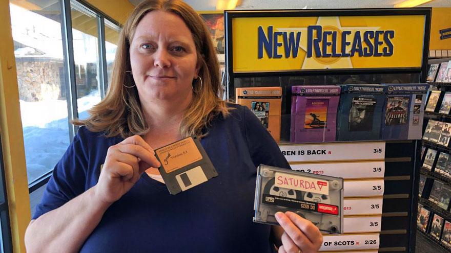 En el último local de Blockbuster se consiguen hasta disketes y VHS.