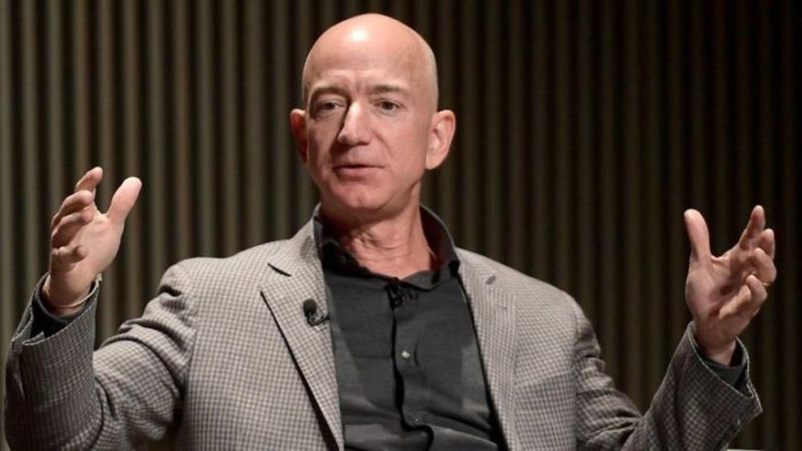 Jeff Bezos, titular de Amazon, sigue siendo el hombre más rico del mundo, con 182.000 millones de dólares.
