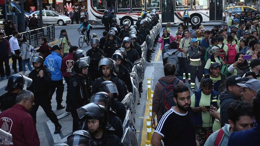 Policía de la Ciudad frente a los manifestantes. Foto: Infobae.