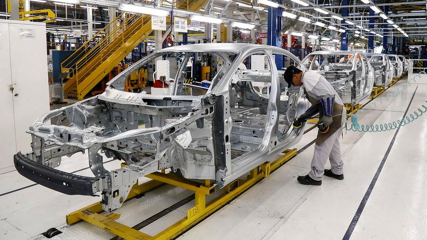 Fiat Cronos en la planta de Ferreyra, fabricando la edición especial 100 años.