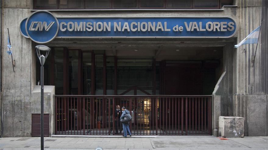 La Comisión Nacional de Valores dictó varias normas para trabar la operatoria de dólar financiero
