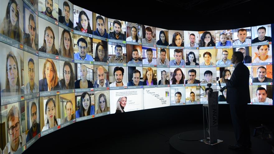 Alumnos de IE Business School asisten a clases virtuales en el