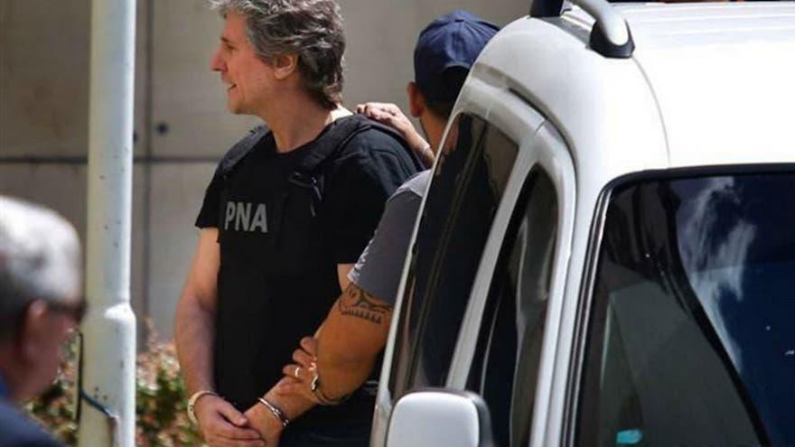 El ex vicepresidente de la nación siendo detenido por un efectivo