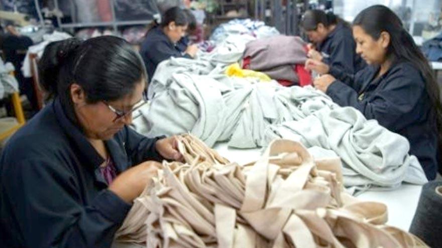 Las mujeres se encuentran sobre-representadas en los cuatro sectores de la economía más impactados por la pandemia, según la OIT