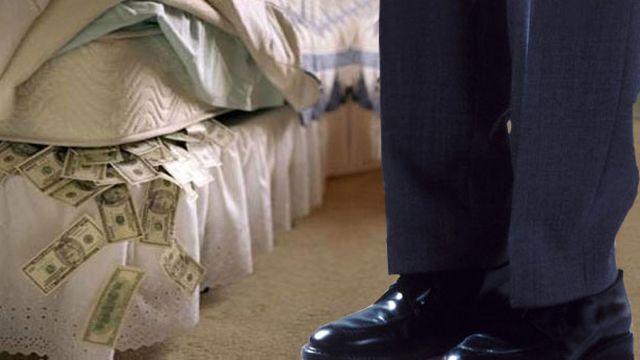 Depositar los ahorros debajo del colchón como una alternativa más conservadora