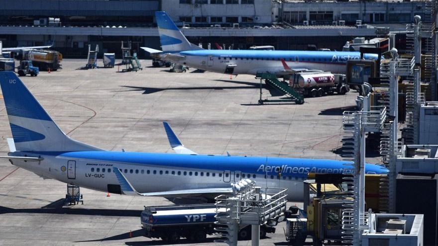 Los vuelos de Austral quedarán bajo la órbita de Aerolíneas Argentinas a partir del martes.
