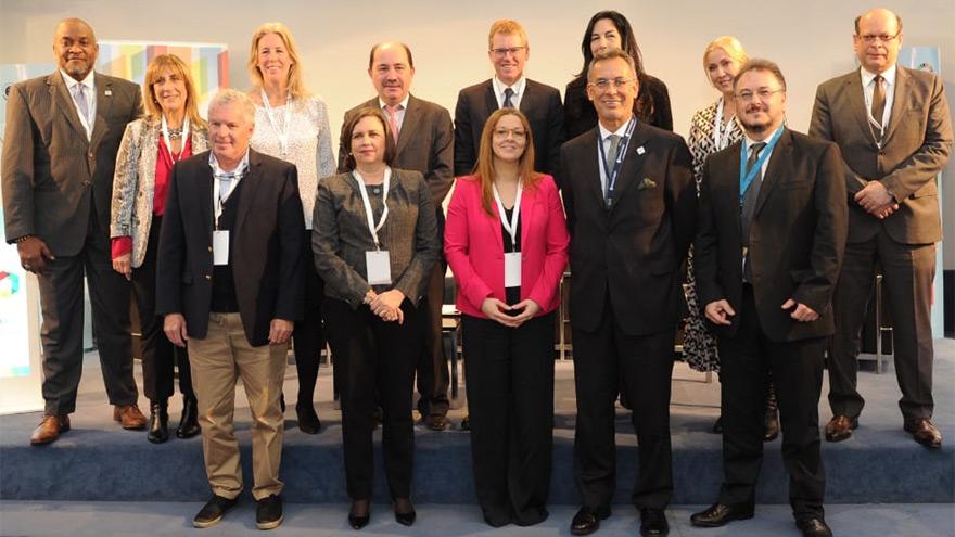 Foto grupal de los panelistas del evento.