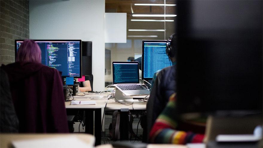 Los programadores trabajan cada vez más en empresas del exterior para no ver deteriorados sus ingresos en dólares