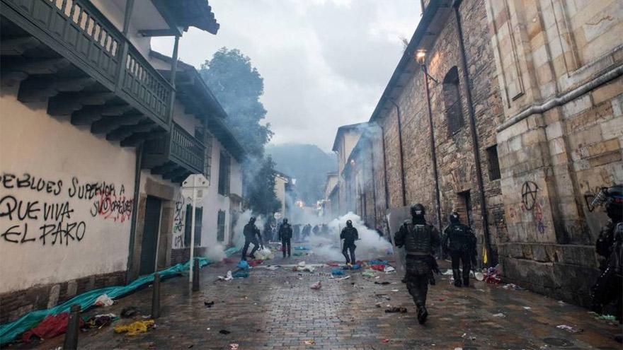 Represión de manifestantes cerca de la Plaza Bolívar, este jueves.