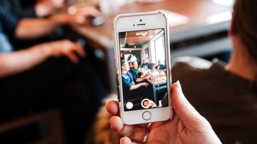 Los teléfonos móviles acompañan a todos lados a los usuarios, que no se despegan de ellos ni en el baño.