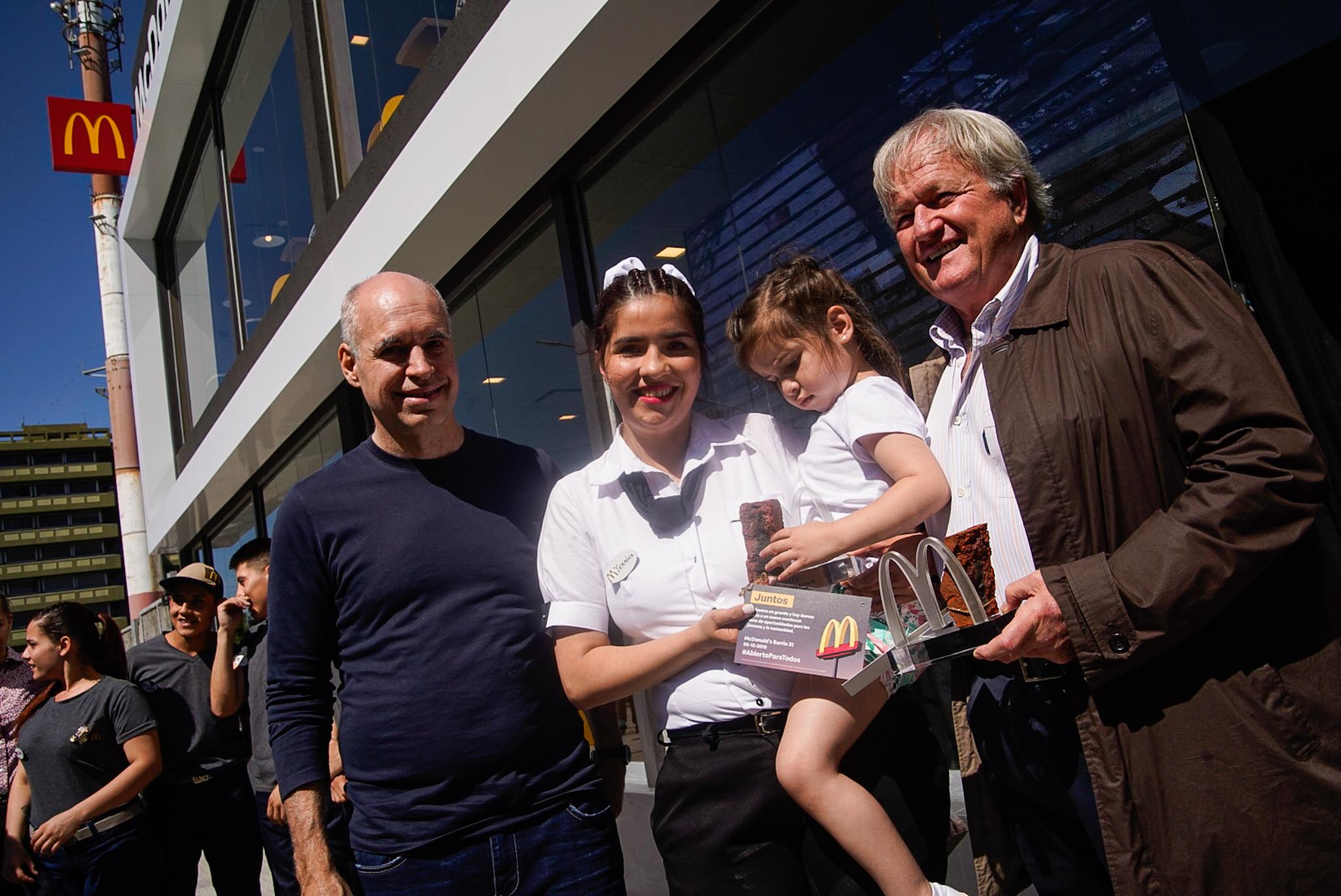 Horacio Rodríguez Larreta, Yermina Benítez, junto con su hija, y Woods Staton