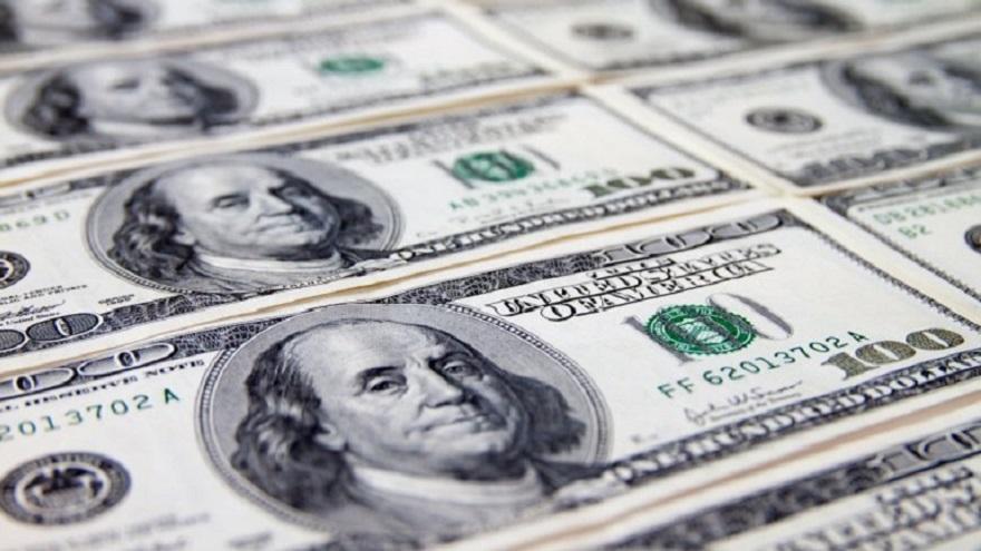 Los billetes verdes son los preferidos de los argentinos, que los adquieren en el mercado oficial o en la Bolsa