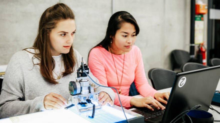 Las jóvenes estudiantes pretenden salarios menores que sus pares varones.