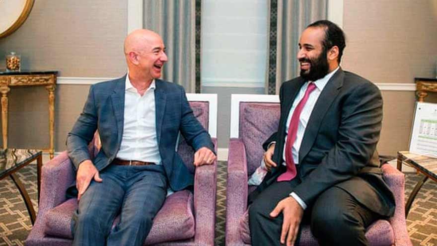Jeff Bezos con Mohammed bin Salman durante una visita del príncipe a los EE.UU. en marzo de 2018.