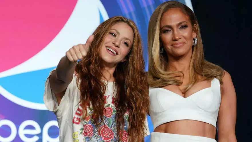 Shakira y Jennifer López durante una rueda de prensa sobre el Super Bowl.