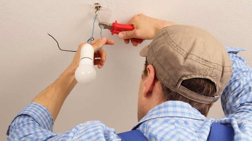 Un electricista matriculado puede descubrir pérdidas en el hogar.