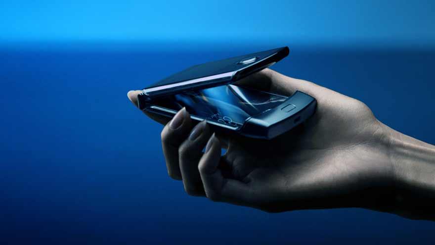 El diseño del Motorola Razr 2020 rememora al modelo de mismo nombre que la marca lanzó a principios de siglo.