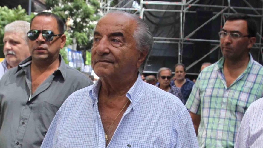 La postura del líder sindical de comercio, Armando Cavalieri, contrasta con la de dirigentes de otros rubros, que aceptaron el aguinaldo en cuotas