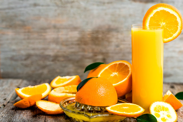 El jugo exprimido de naranja tiene altos niveles de azúcar