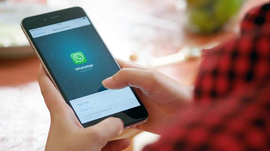 Existen trucos en WhatsApp para que no aparezca el simbolito del micrófono en azul a la otra persona.