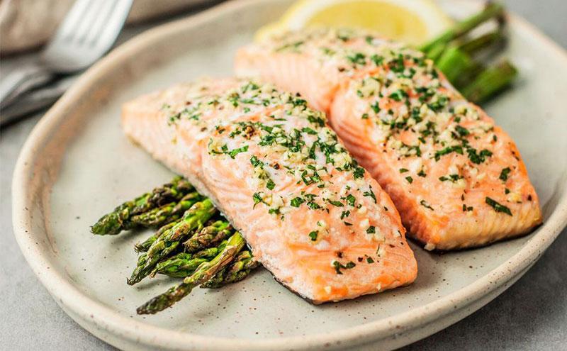 El salmón está entre los principales alimentos en una dieta cetogénica