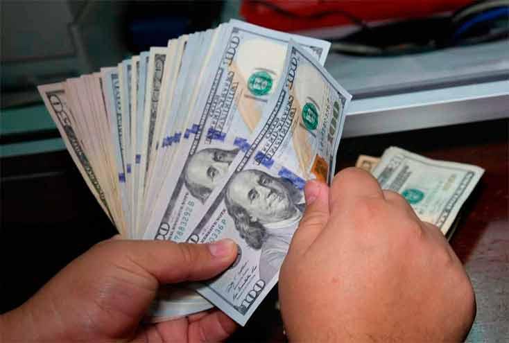 La compra de dólares será cada vez más restringida y desde el Gobierno sugieren a los argentinos