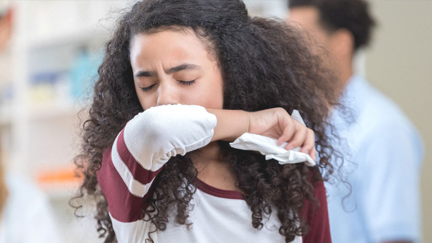 Estornudar y toser en el pliegue del codo puede prevenir el contagio de coronavirus