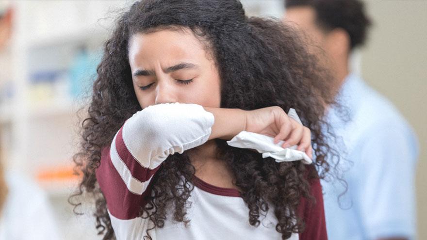 La tos o el estornudo pueden dejar partículas presentes en el aire