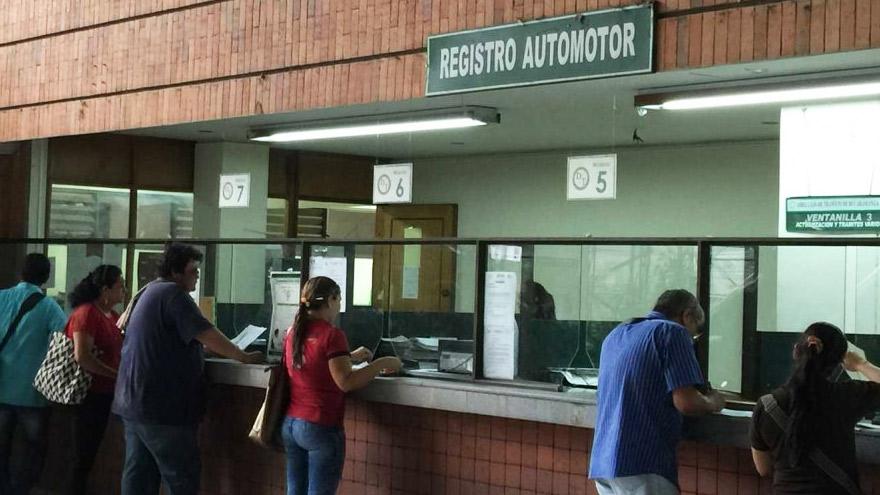 Los expertos califican de arbitrario el pago que exigen los registro automotores.