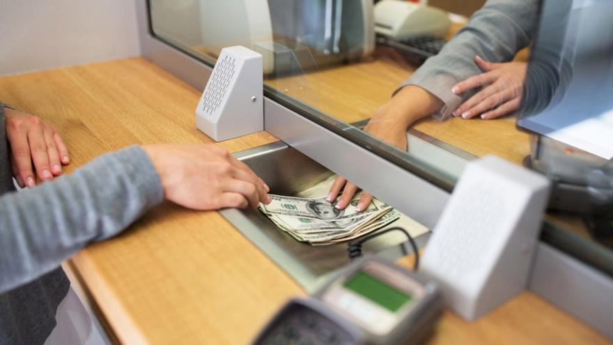 Alguno de los trámites que se pueden hacer físicamente en las cajas de los bancos es la compra o venta de dólares