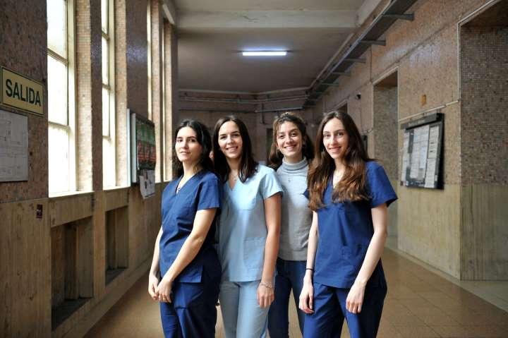 Estudiantes de la carrera de Medicina de la UBA trabajan como voluntarios en la lucha contra la pandemia de Covid-19