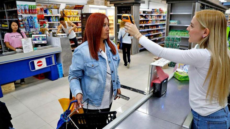 Empleados de supermercados siguen prestando tareas presenciales durante la pandemia