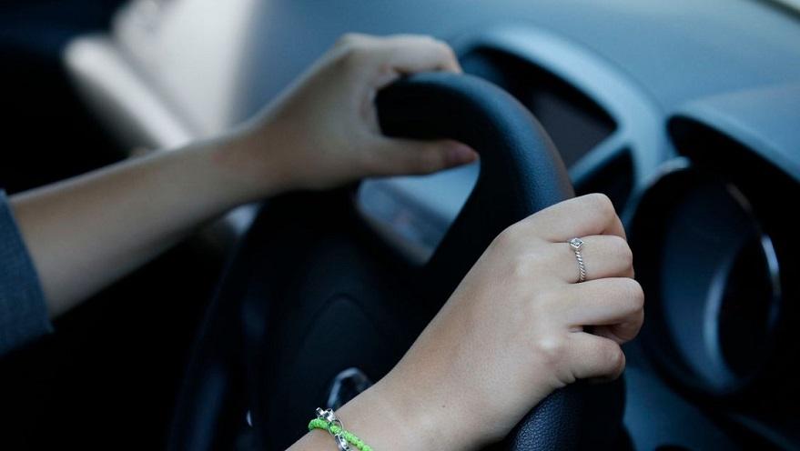 Mover la dirección con el auto parado, un mal hábito.